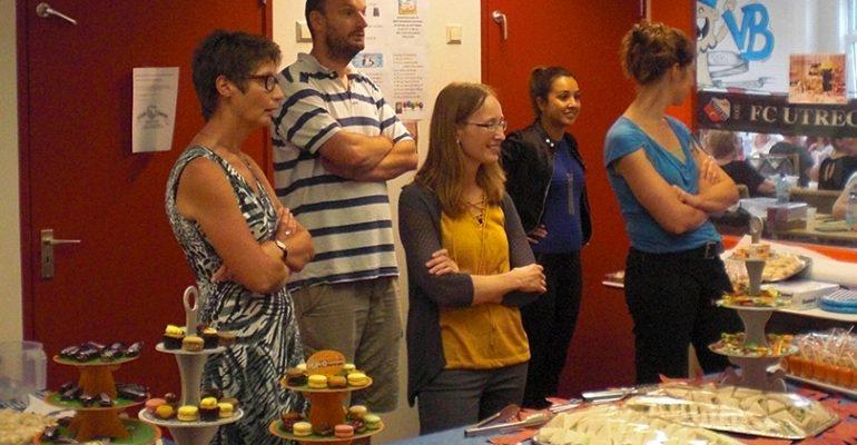 vrijwilligers-helpen-met-high-tea-bingomiddag