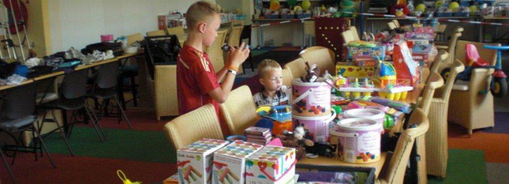 uitreiken-van-ingezameld-speelgoed-voedselbank-ondiep